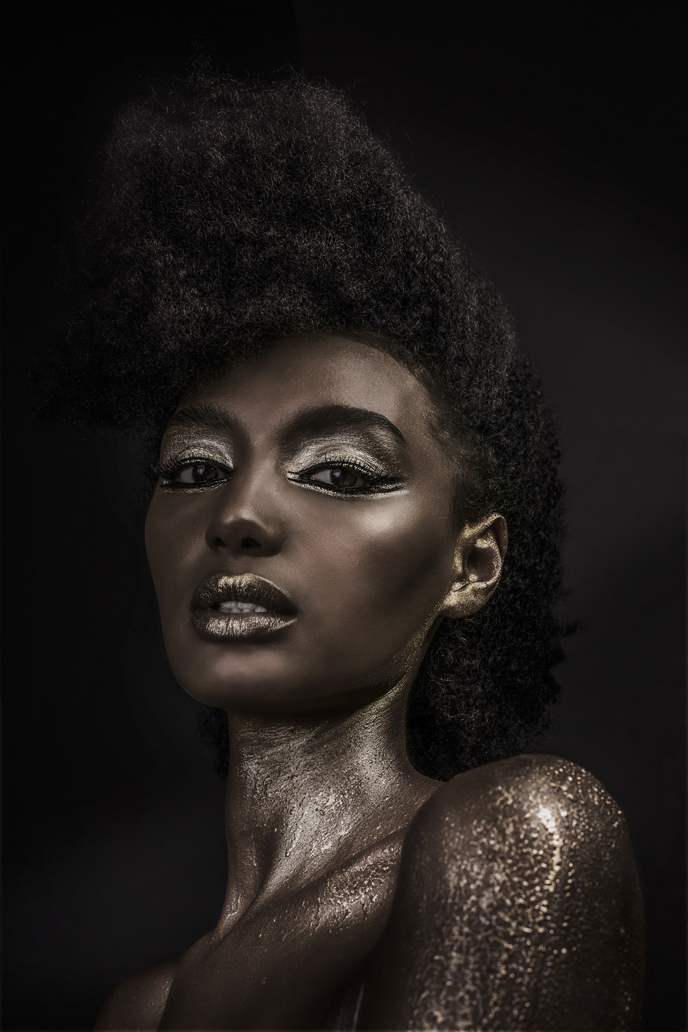 gold and black liner for Rosa Salomon top model  Bryon Bay beauty shot